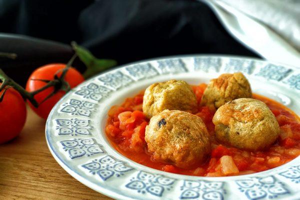 Albóndigas veganas con salsa de tomate encebollada