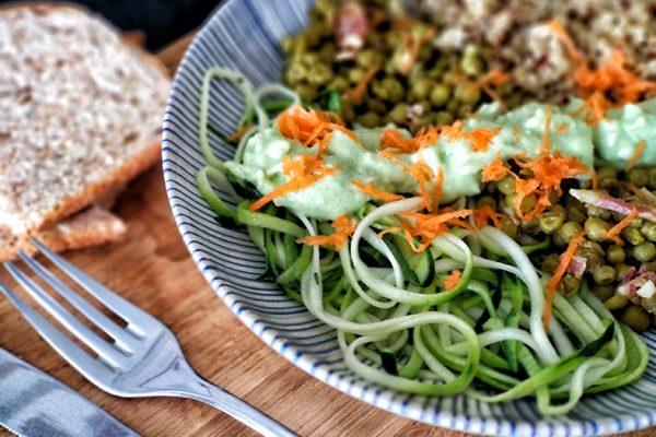 Bol Verde - espaguettis de calabacín, guisantes y quinoa con crema de aguacate 2