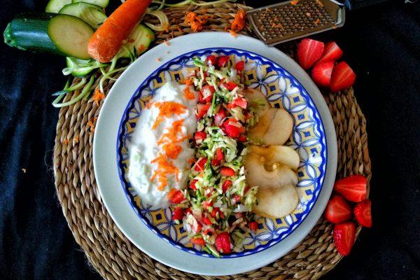 ensalada de calabacín, fresas y manzana con salsa griega ligera 3